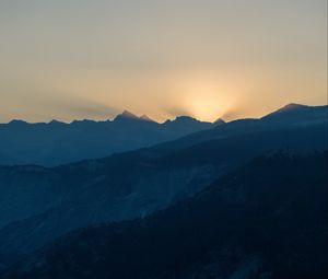 Превью обои горы, рельеф, солнце, лучи, сумерки, темный