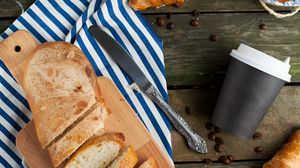 Превью обои хлеб, круассан, кофе, кофейный зерна, натюрморт