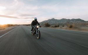 Превью обои honda, мотоцикл, байк, мотоциклист, скорость, дорога