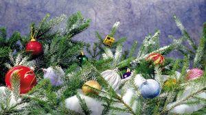 Превью обои хвоя, снег, украшения, ветки, праздник, блестки