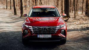 Превью обои hyundai, автомобиль, внедорожник, красный, дорога, лес