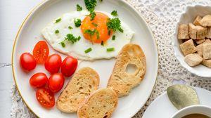 Превью обои яичница, гренки, помидоры, завтрак