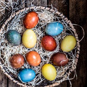 Превью обои яйца, корзинка, пасха, крашеные, разноцветные, праздник