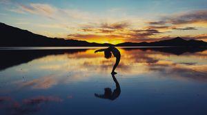 Превью обои йога, силуэт, озеро, горизонт