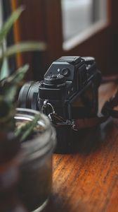 Превью обои камера, растения, стол, эстетика
