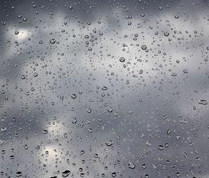 Превью обои капли, дождь, стекло, пасмурно, вода, тучи