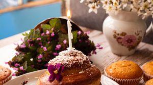 Превью обои кекс, свеча, цветы, десерт