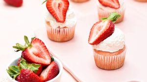 Превью обои кексы, клубника, ягоды, десерт, розовый