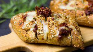Превью обои хлеб, сыр, кунжут, булочка, выпечка