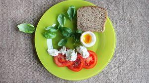 Превью обои хлеб, яйцо, помидоры, базилик, сыр
