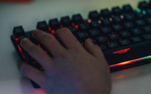 Превью обои клавиатура, подсветка, рука, геймер