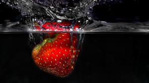 Превью обои клубника, брызги, всплеск, ягода