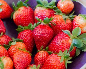 Превью обои клубника, ягоды, красный, спелый, макро