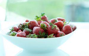 Превью обои клубника, ягоды, миска, свежий
