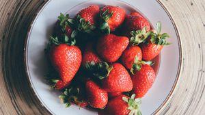 Превью обои клубника, тарелка, ягоды, спелый
