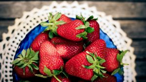 Превью обои клубника, ягоды, тарелка, салфетка