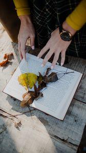 Превью обои книга, листья, руки, осень, эстетика