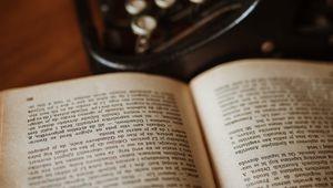 Превью обои книга, пишущая машинка, чтение