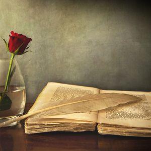 Превью обои книга, старая, перо, стол, ваза, роза, красная