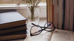 Превью обои книги, очки, ваза, окно, подоконник, цветы