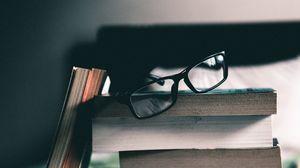 Превью обои книги, стопка, очки, чтение