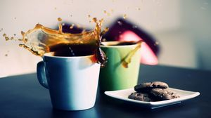 Превью обои кофе, бокалы, брызги, тарелки, печенье