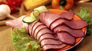 Превью обои колбаса, ломтики, мясо, тарелка, салат, огурец
