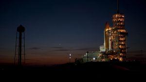 Превью обои космодром, стартовая площадка, ночь, ракета