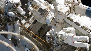 Превью обои космонавты, скафандры, корабль, корпус, ремонт, оборудование, полет, невесомость