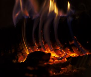 Превью обои костер, бревно, огонь, пламя, темный