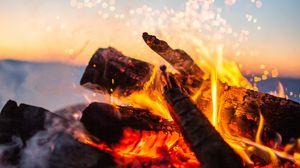 Превью обои костер, огонь, искры, дрова, размытость, кемпинг