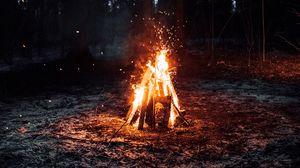 Превью обои костер, огонь, кемпинг, искры