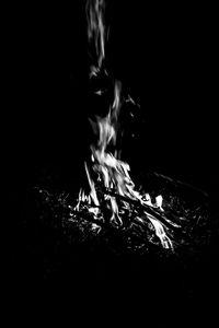 Превью обои костер, огонь, пламя, черно-белый, черный