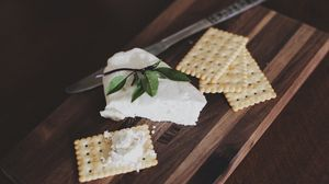 Превью обои крекер, сыр, раздедочная доска