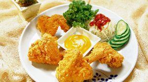 Превью обои крылышки, курица, кляр, соус, тарелка