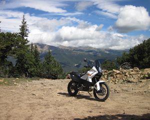 Превью обои ktm, мотоцикл, байк, белый, обрыв, горы