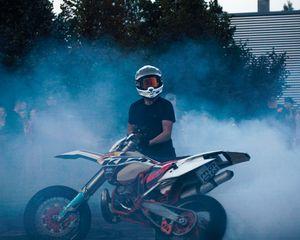 Превью обои ktm, мотоцикл, байк, мотоциклист, дым, асфальт, дрифт