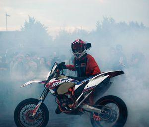 Превью обои ktm, мотоцикл, байк, мотоциклист, дым, дрифт, мото