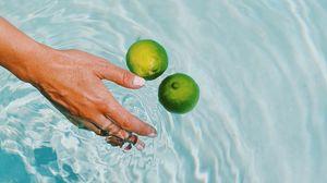 Превью обои лайм, цитрус, фрукт, рука, вода, брызги