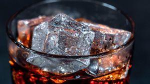 Превью обои лед, жидкость, пузыри, крупным планом, стакан