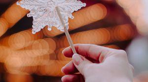 Превью обои леденец, снежинка, конфета, рука