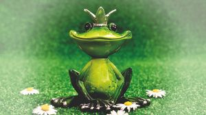 Превью обои лягушка, статуэтка, царевна, корона, цветы