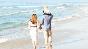 Превью обои люди, семья, пляж, море, прогулка