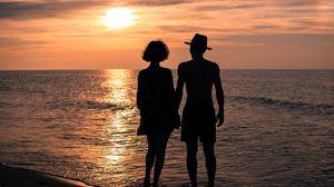 Превью обои любовь, романтика, отношения, море, лето, пара, девушка, мужчина, руки, закат, солнце, небо, сумерки