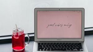 Превью обои macbook, ноутбук, чашка, напиток, надпись, слова