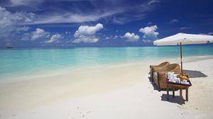 Превью обои мальдивы, океан, пляж, песок, вода, облака, зонт