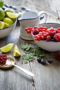 Превью обои малина, черника, смородина, красная, ягоды, лимон, лайм, цитрусы, фрукты, варенье, джем, баночка, ложка
