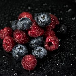 Превью обои малина, черника, ягоды, капли