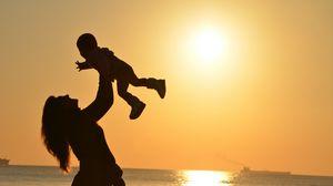 Превью обои мама, ребенок, силуэты, материнство, семья, закат, горизонт