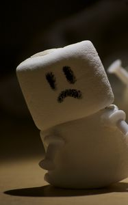 Превью обои маршмеллоу, сладости, снеговик, смайлик, грустный